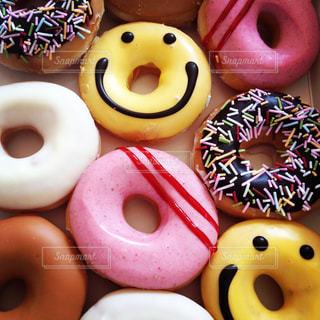 チョコレート覆われたドーナツの種類でいっぱいのピンク ボックスの写真・画像素材[794395]