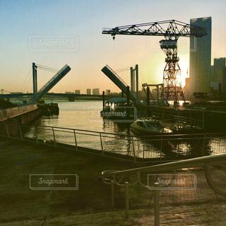 水の体の上の橋の写真・画像素材[800224]