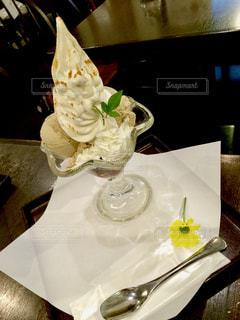 テーブルの上の皿にケーキの写真・画像素材[804721]