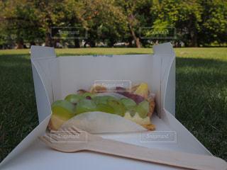 近くのテーブルの上に食べ物をの写真・画像素材[805986]