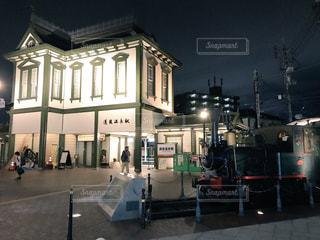 夜の道後温泉駅と坊ちゃん列車の写真・画像素材[795142]