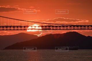 夕やけの瀬戸大橋を行く列車の写真・画像素材[3450662]