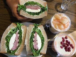 サンドイッチはテーブルの上の皿に半分にカットの写真・画像素材[794905]