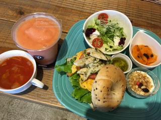 テーブルの上の皿の上に食べ物のボウルの写真・画像素材[794908]