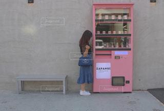 建物の前にあるベンチに座っている女性の写真・画像素材[795310]