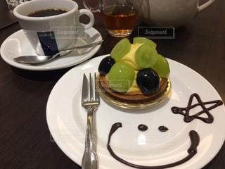 食品やコーヒー テーブルの上のカップのプレートの写真・画像素材[809774]
