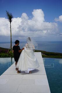 急ぐ花嫁の後ろ姿の写真・画像素材[795251]