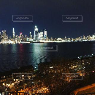 夜の街にそびえる大きな時計塔の写真・画像素材[925740]