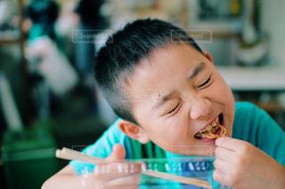 ピザを食べるテーブルに着席した人の写真・画像素材[825736]