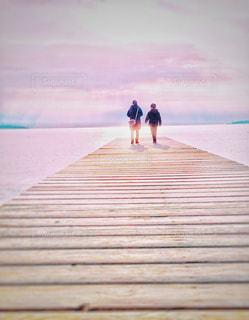 桟橋を歩く親子の写真・画像素材[1002991]