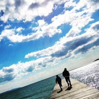 曇り空を歩く男の写真・画像素材[1100041]