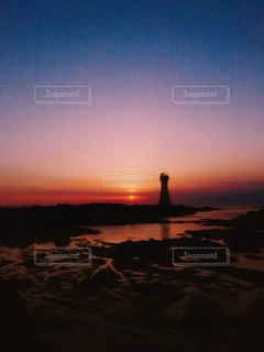 水の体に沈む夕日の写真・画像素材[1205008]