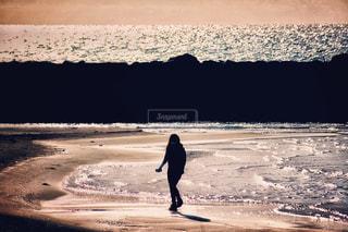 自然,海,屋外,砂,砂浜,夕暮れ,波,散歩,海岸,未来,夢,ポジティブ,前向き,海好き,キラキラ女子