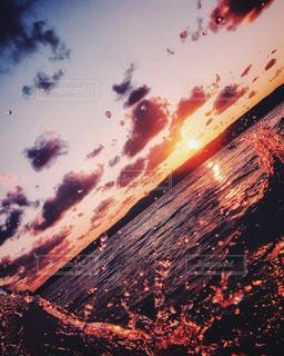 自然,風景,海,空,屋外,太陽,夕暮れ,波打ち際,波,水面,雫,サンセット,しぶき