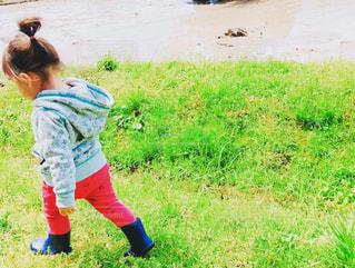 自然,風景,屋外,後ろ姿,田舎,景色,子供,女の子,草,田んぼ,長靴,幼児,草木,お手伝い,履物