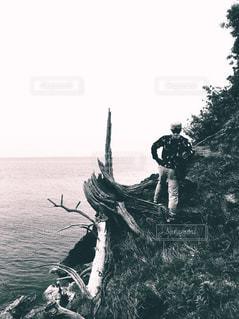 風景,木,屋外,後ろ姿,モノクロ,景色,岩,背中,人,岩肌,男の人