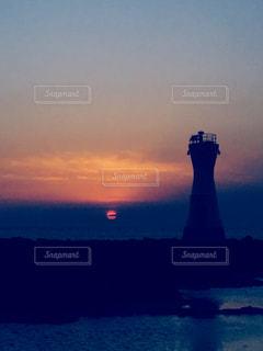 沈む太陽と灯台の写真・画像素材[2858885]
