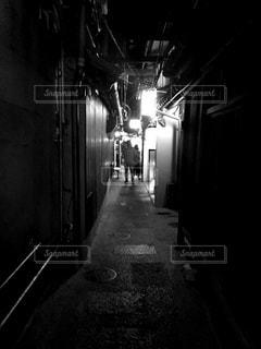 暗い部屋で人の写真・画像素材[814188]