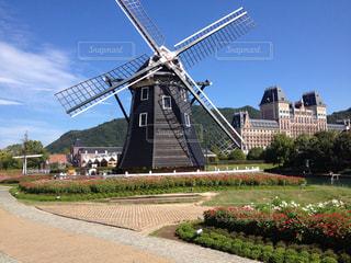 建物の前に風車の写真・画像素材[797576]