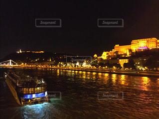 夜の空の都市と水の大きな体の写真・画像素材[796604]