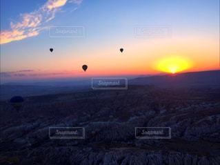 空に凧の飛行の人々 のグループの写真・画像素材[796644]