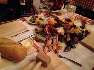 テーブルの上に食べ物のプレートの写真・画像素材[812966]
