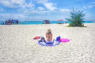 砂浜に座る人の写真・画像素材[798449]
