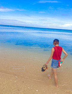 ビーチをのんびりお散歩の写真・画像素材[897230]