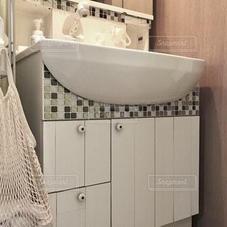 洗面台と鏡付きのバスルーム - No.799526