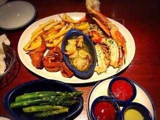 テーブルの上に食べ物のプレートの写真・画像素材[810655]