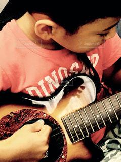 ギター少年の写真・画像素材[802573]