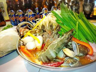 テーブルの上に食べ物のボウルの写真・画像素材[802773]