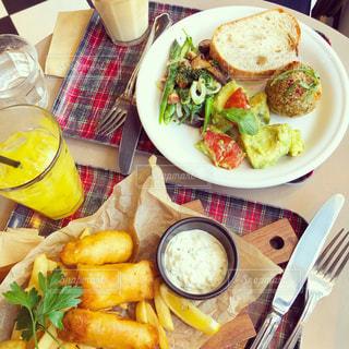 テーブルの上に食べ物のプレートの写真・画像素材[1271677]