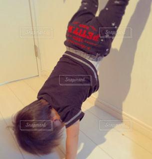 子供,逆立ち,運動,男の子,2歳児
