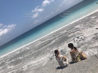 砂浜でおしゃべりの写真・画像素材[803590]