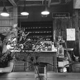 レストランのテーブルに座っている人々 のグループの写真・画像素材[815373]