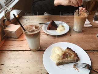 テーブルの上に食べ物のプレートの写真・画像素材[821039]
