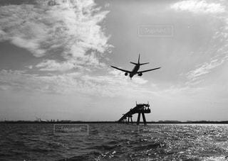 陸へ向かう飛行機の写真・画像素材[813317]