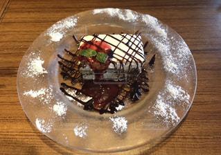 木製テーブルの上の皿にケーキ - No.803760