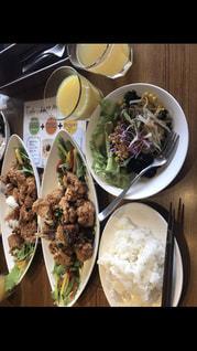 テーブルの上に食べ物の束 - No.803762