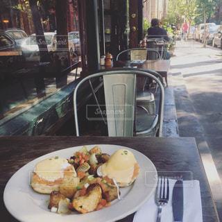 テーブルの上に食べ物のプレートの写真・画像素材[815650]