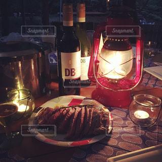 ボトルやテーブルに赤ワインのガラスの写真・画像素材[1224137]