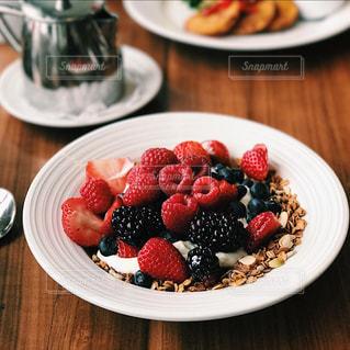 テーブルの上に食べ物のプレートの写真・画像素材[810999]