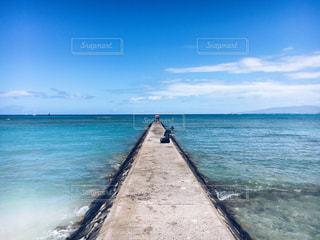 海の横にある水の体の写真・画像素材[811003]