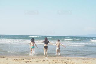 浜辺を歩いている人々 のカップルの写真・画像素材[1385341]