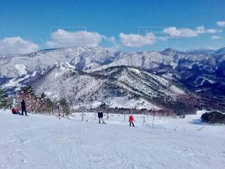 雪に覆われた山の頂上に立っている人々 のグループの写真・画像素材[1758967]