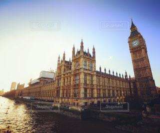 ロンドンの街にそびえる大きな時計塔の写真・画像素材[805909]