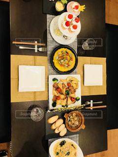 テーブルの上に食べ物の束の写真・画像素材[1037555]