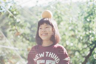 カメラに微笑んで少女の写真・画像素材[896722]