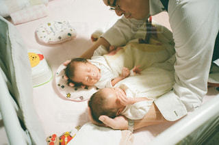 ベッドの上に座っている赤ちゃんの写真・画像素材[962039]